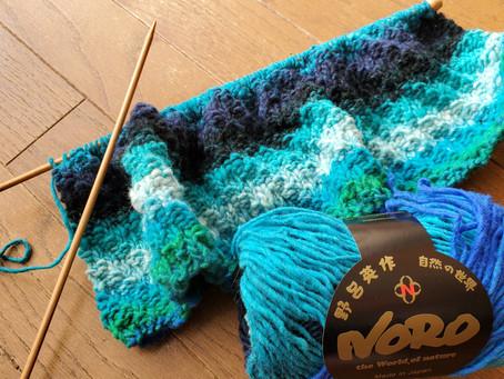 ただいま編み物中
