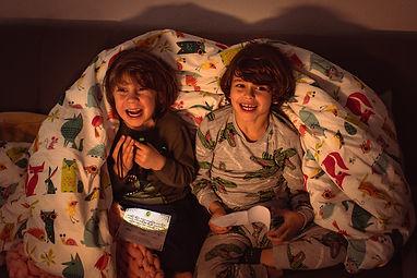 NIños jugando con el escape room Dormilandia