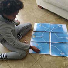 Niño jugando al Escape Room imprimible el Viaje del astronauta