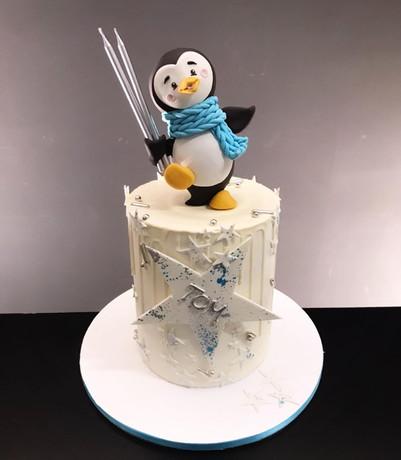 Geburtstagstorte Pinguin mit modellierter Figur.jpg