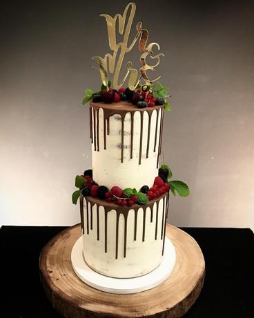 Hochzeitstorte_Semi_Naked_Cake_mit_Drip_