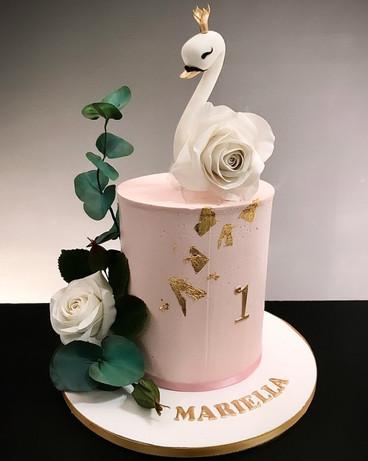 Geburtstagstorte mit Schwan und Zuckerblumen.jpg