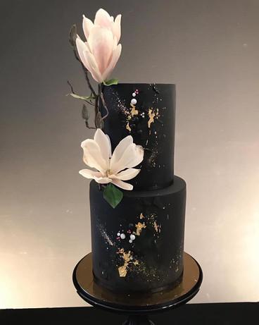 Hochzeitstorte schwarz mit Magnolien aus Zucker.jpg