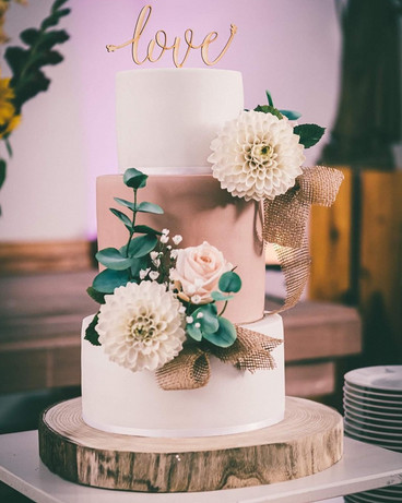 Hochzeitstorte mit Blumen aus Zucker