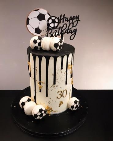 Geburtstagstorte Fußball mit Macarons.jpg