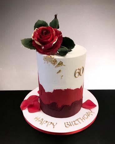 Geburtstagstorte mit Zuckerrose und roter Spachteltechnik.jpg