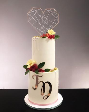 Hochzeitstorte mit Acryl Initialen.jpg
