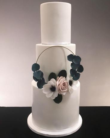 Hochzeitstorte mit Zuckerrose und Zuckeranemone.jpg