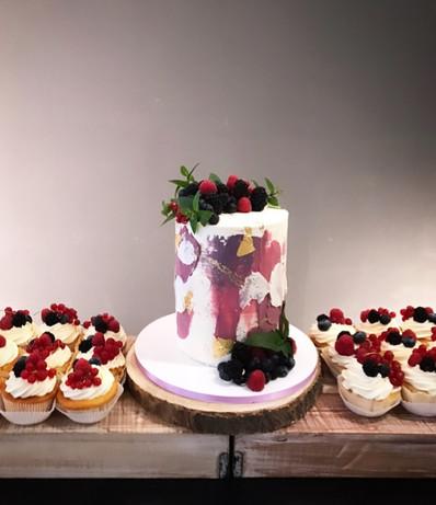 Hochzeitstorte mit Spachteltechnik und Beeren.jpg
