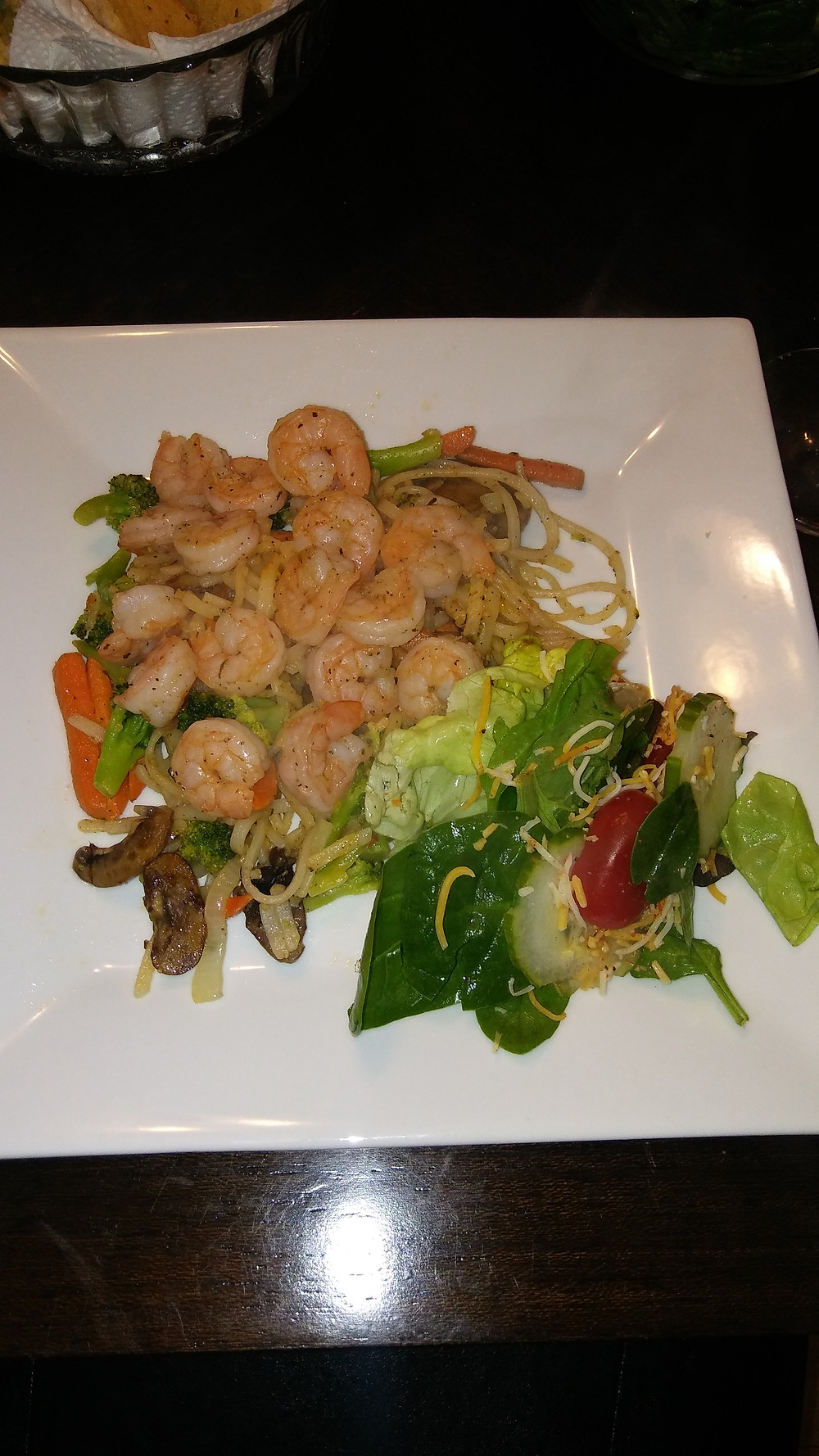 Shrimp and Thai rice noodles with mushrooms, carrots and a side salad