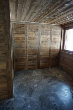Facade de placard en vieux bois brut à M