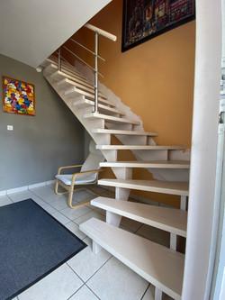 Escalier frene teinté blanc