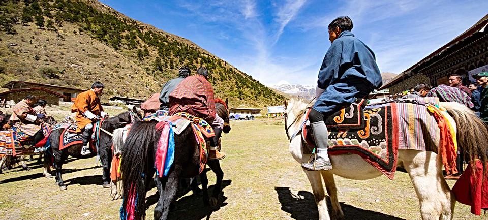 horsemen-prepare-for-race-jomolhari.jpg