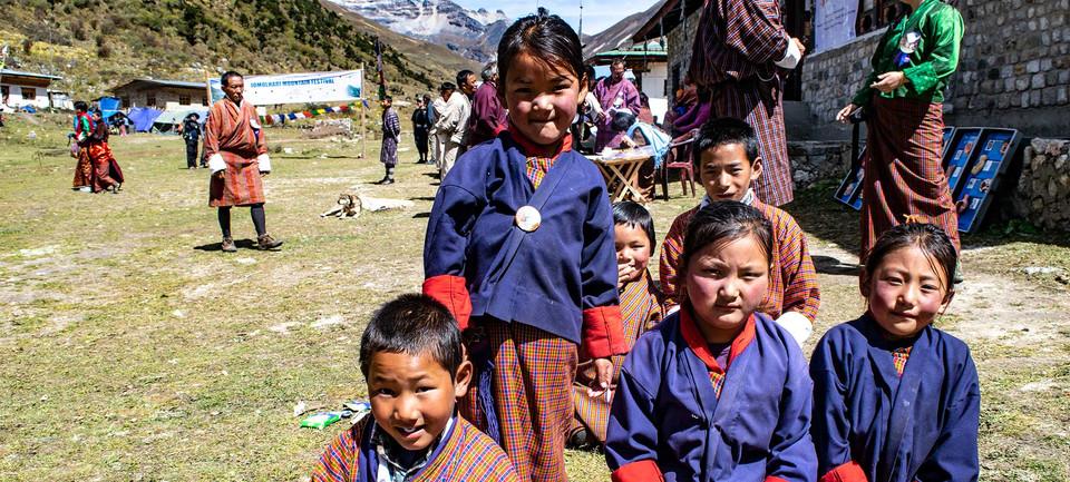 friendly-schoolchildren-at-jomolhari.jpg