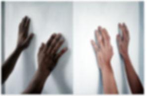deux mains qui tiennent un cube.jpg