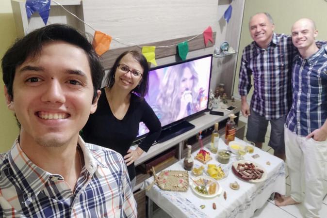 Yan_Costa_e_sua_família_se_reuniram_par