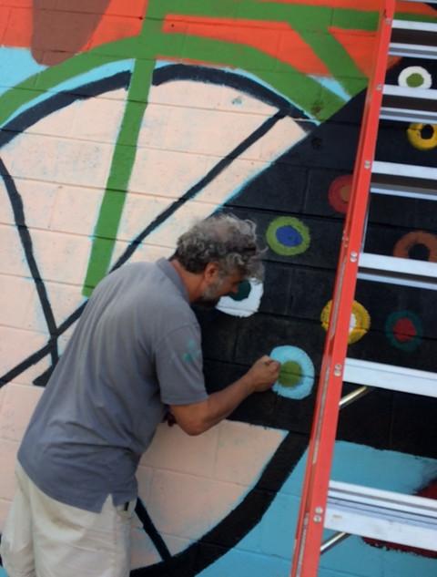 Trés painting his spirals