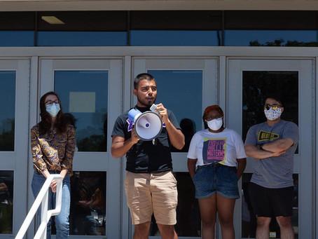 Estudiantes y facultad de WSU se unen para defender al presidente de la universidad.