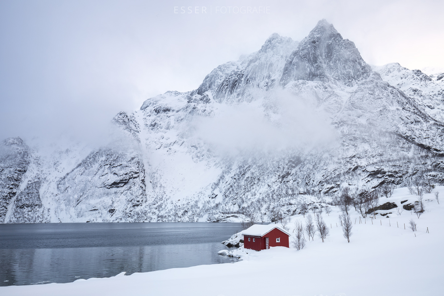 esser-fotografie-red-house-mountain-winter-snow-clouds