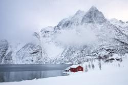 esser-fotografie-red-house-mountain-winter-snow-clouds