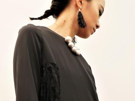 シンプルなドレスに印象派ピアス