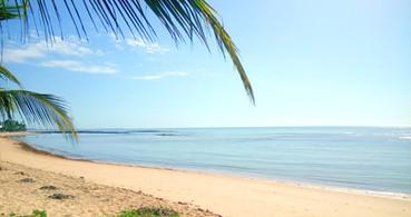 Abrindo o nosso portão sai na Praia do Apaga Fogo. Na maré baixa se torna um lago gigante, de águas limpas e quentes. Fantástico para banho