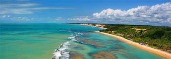 praias de arraial da ajuda. com águas tansparentes e recife que forma imensas piscinas de água quente e calma