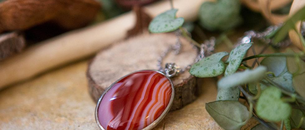 agate rouge, pendentif, pierre semi précieuse, gemme, leanne ingouff, lithothérapie, saint laurent du pont, oeil du tigre