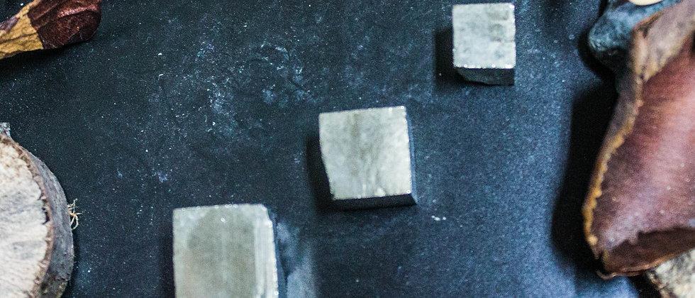 pyrite, pierre roulée, pierre semi précieuse, gemme, leanne ingouff, lithothérapie, saint laurent du pont, oeil du tigre