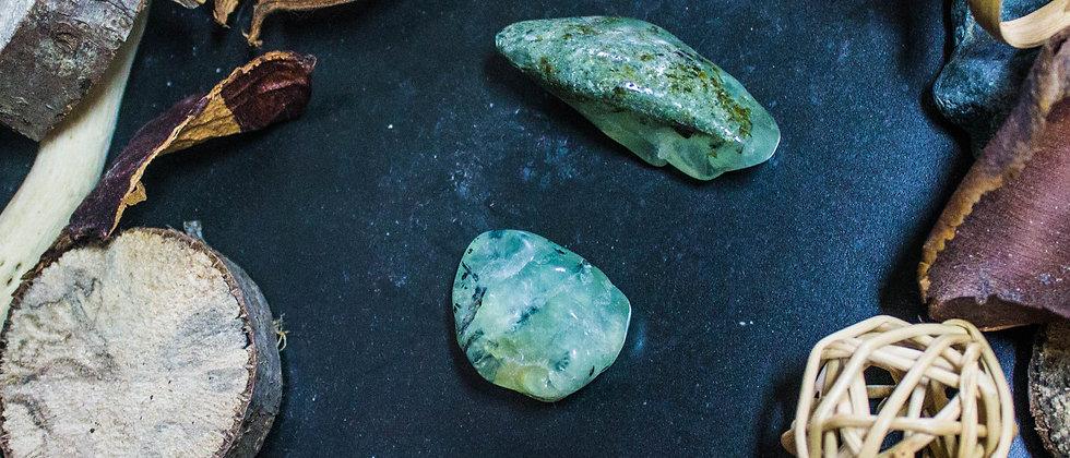 préhnite, pierre roulée, pierre semi précieuse, gemme, leanne ingouff, lithothérapie, saint laurent du pont, oeil du tigre