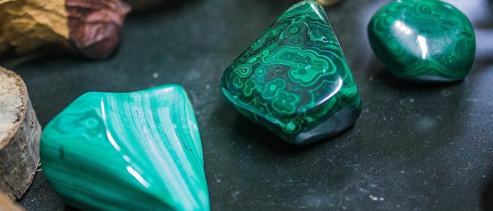 malachite, pierre roulée, pierre semi précieuse, gemme, leanne ingouff, lithothérapie, saint laurent du pont, oeil du tigre