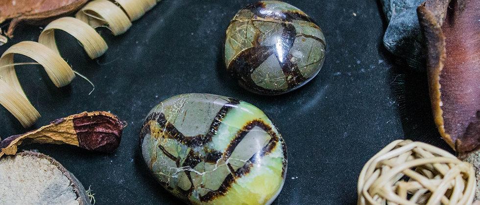 chiastolite, pierre roulée, pierre semi précieuse, leanne ingouff, lithothérapie, saint laurent du pont, oeil du tigre