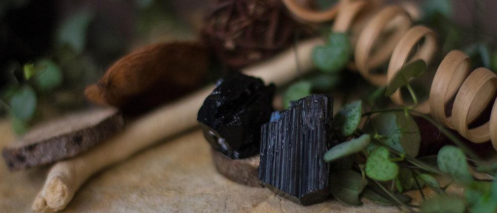 tourmaline noire, pierre brute, pierre semi précieuse, leanne ingouff, lithothérapie, saint laurent du pont, oeil du tigre