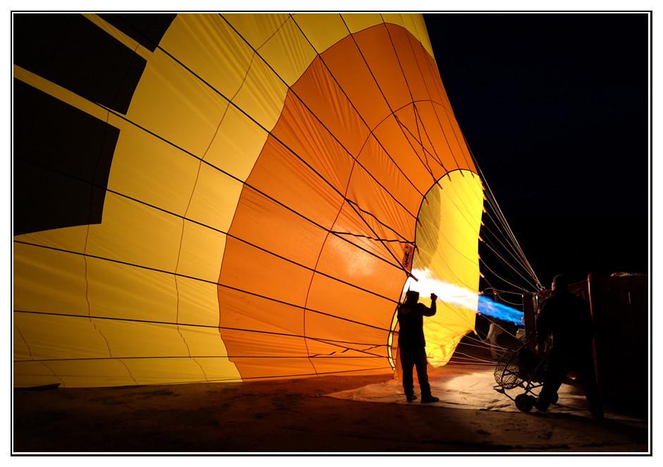Heissluftballon wird startklar gemacht