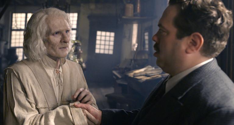Nicolau Flameu (Brontis Jodorowsky) e Jacob Kowalsk (Dan Fogler) se conhecem durante cena do filme.
