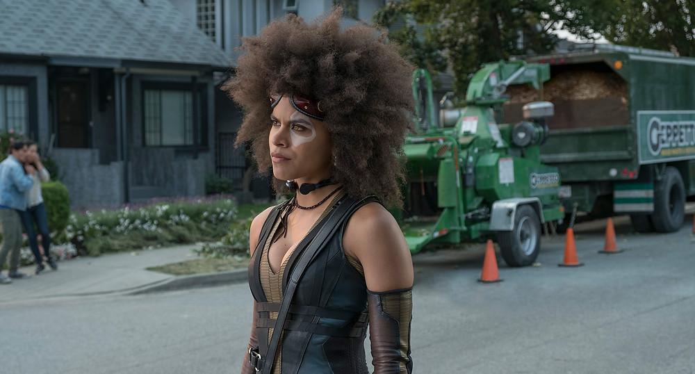 Impossível não se apaixonar e criar um vínculo com a Domino de Zazie Beetz. (Imagem: 21th Century Fox/Divulgação)