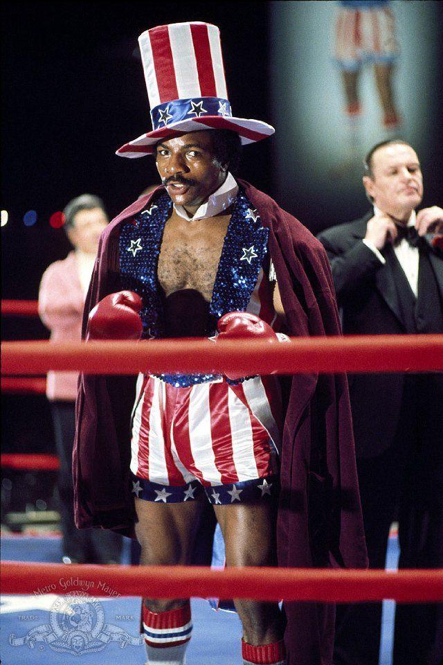 Apollo Creed e sua roupa clássica idolatrando a bandeira norte-americana