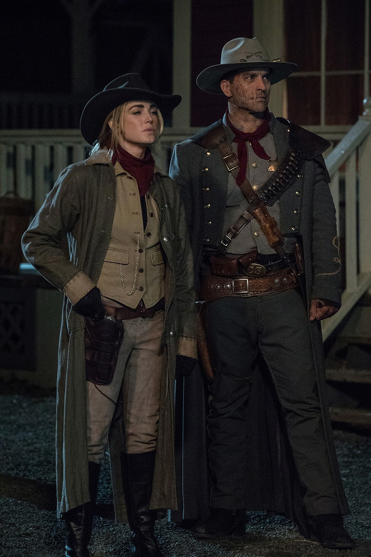 Sara Lance(Caity Lotz) e Jonah Rex(Johnathan Schaech) no ultimo episódio da temporada de LoT