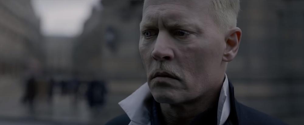 Johnny Deep interpreta o vilão Gellert Grindelwald.
