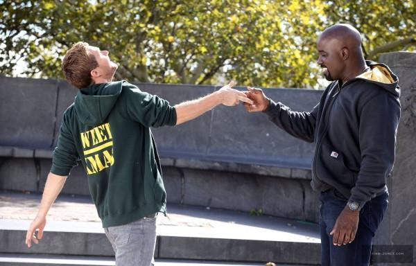 A dupla Punho de Ferro e Luke Cage fizeram por merecer o pedido dos fãs por uma série dos Heróis de Aluguel. (Imagem: Marvel/Netflix/Reprodução)