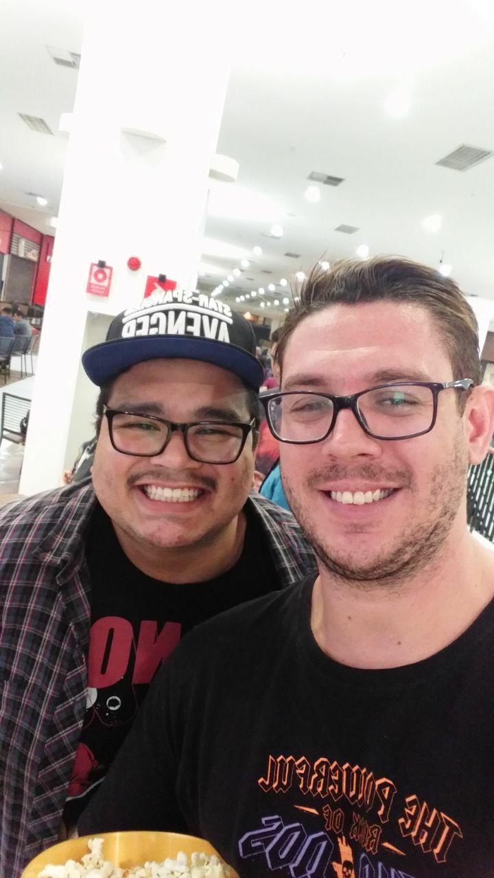 Já no Cinemark do Shopping Tucuruvi, o repórter Paulo Lídio (a esquerda) acompanhou a pré-estreia com o farmacêutico Celso Bramucci (a direita). Imagem: (Be Geeks / Celso Bramucci / Divulgação)