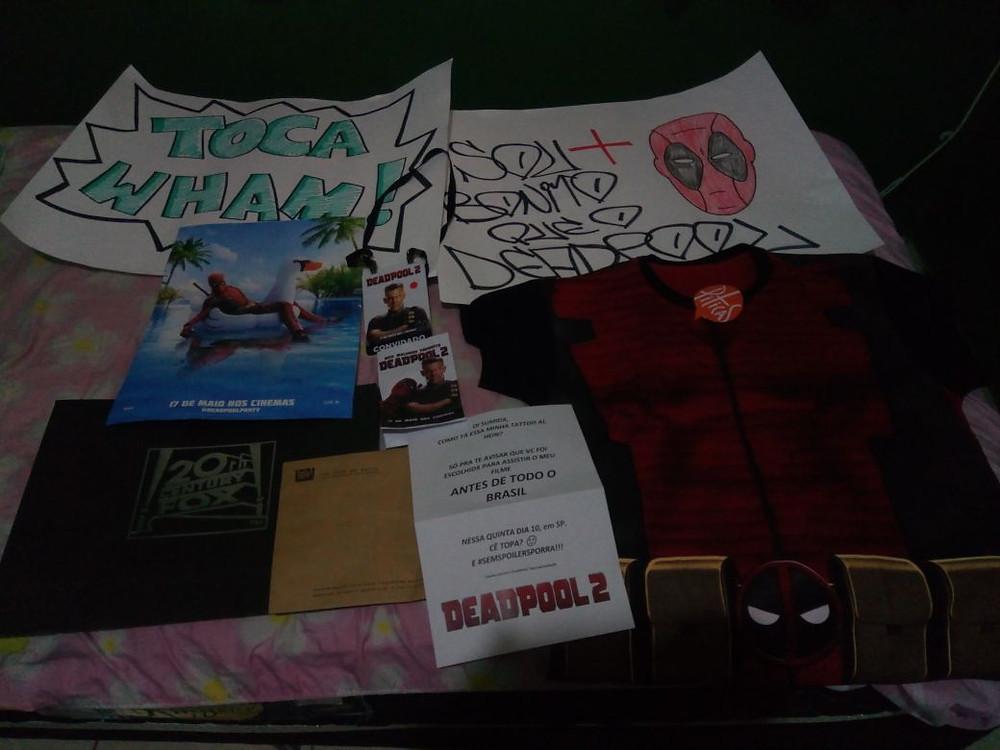 Cartazes, pôster, camiseta e ingresso foram os presentes dados pela 21th Century Fox no evento #deadtourbr. (Imagem: Paulo Lídio)