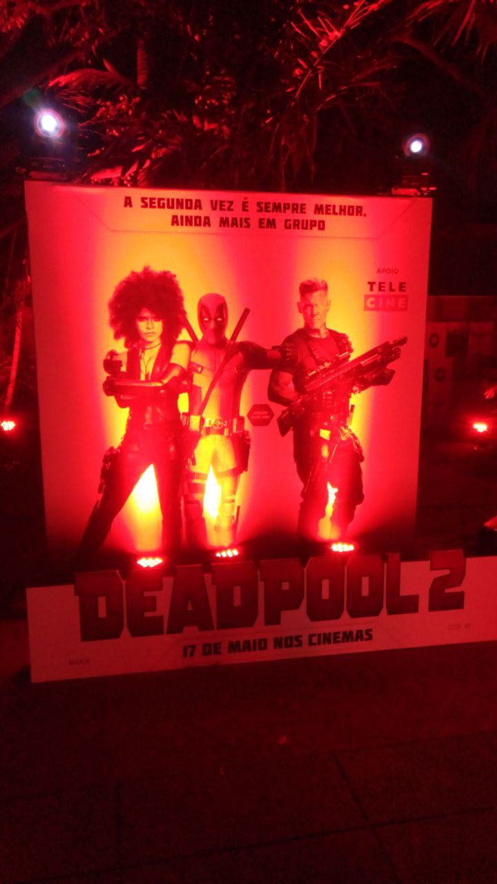 A decoração do local com cartazes, banners e posteres de Deadpool 2 estava impecável, deixando todos a vontade para tirar fotos, filmar e fazer materiais. (Imagem: Paulo Lídio)