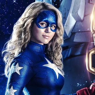 Novas imagens de Stargirl revelam Doutora Meia-Noite e Homem-Hora