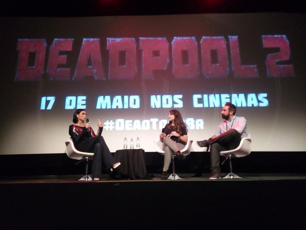 A atriz Morena Baccarin (esquerda), Aline Diniz (centro) e Marcelo Forlani (direita) interagiram bastante no palco durante a coletiva de imprensa da #deadtourbr. (Imagem: Paulo Lídio)