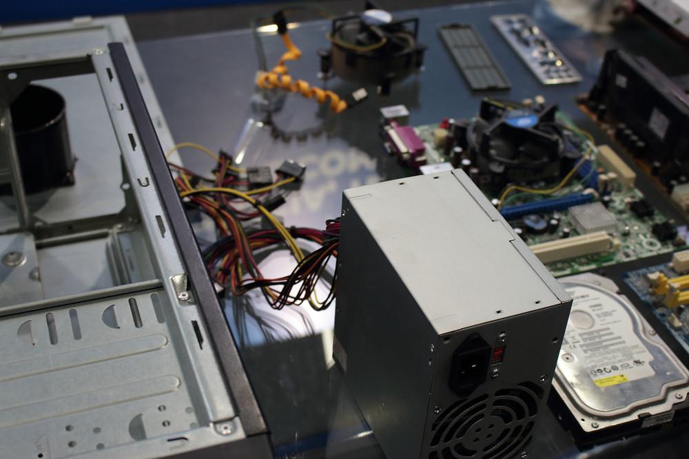 Fonte de computador desmontada