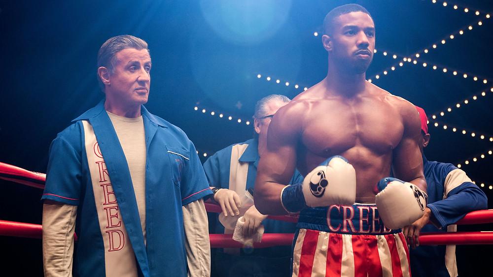 A dinâmica entre Rocky Balboa e Adonis Creed é fundamental para a sequência do primeiro filme. (Imagem: Warner Bros. / Divulgação)