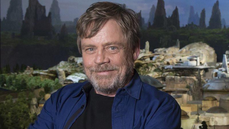 Apesar de não mostrar-se muito favorável a lançamentos anuais de Star Wars, o ator Mark Hamill aprova os spin-offs da franquia. (Imagem: Disney/Reprodução)