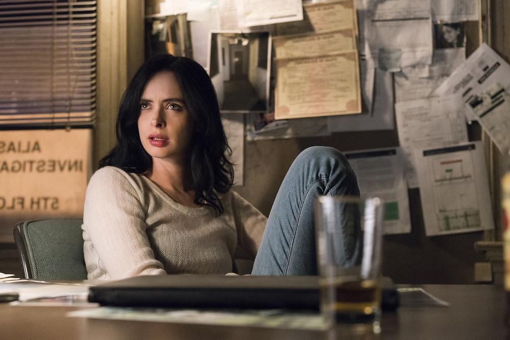 A atriz Kristen Ritter interpreta a investigadora com super poderes Jessica Jones. (Imagem: Netflix/Divulgação)