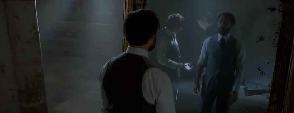 Alvo Dumbledore confronta as suas memorias de Grindelwald no Espelho de Ojesed.